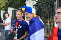 MOSKAU, RUSSLAND - 26. Juni 2018: Fernsehinterviews von den französischen Fans nach dem Spiel der Weltcup-Gruppe C zwischen Frank lizenzfreies stockbild