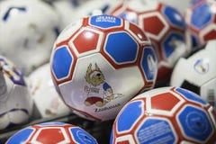 MOSKAU, RUSSLAND - JUNI, 14, 2018: Fußball mit Logo des Weltcups FIFA 2018, FIFA lockern Fest im mundial Beamten auf Stockbild