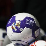 MOSKAU, RUSSLAND - JUNI, 14, 2018: Fußball mit Logo des Weltcups FIFA 2018, FIFA lockern Fest im mundial Beamten auf Stockbilder