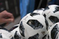 MOSKAU, RUSSLAND - JUNI, 14, 2018: Fußball mit Logo des Weltcups FIFA 2018, FIFA lockern Fest im mundial Beamten auf Lizenzfreie Stockfotos