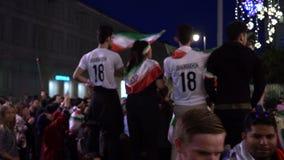 Moskau, Russland, am 15. Juni 2018 Fußball-Weltmeisterschaft Russland 2018 Fans aus ganz Welt sind glücklich sich zu treffen stock video