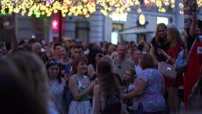 Moskau, Russland, am 28. Juni 2018 Fußball-Weltmeisterschaft Russland 2018 Fans aus ganz Welt sind glücklich sich zu treffen stock video footage