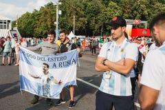 MOSKAU, RUSSLAND - JUNI 2018: Fußballfane werden mit der Flagge von Argentinien fotografiert, auf der dargestellter Lionel Messi  lizenzfreies stockfoto