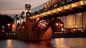 Moskau, Russland 29. Juni 2018: Heiße Sommernacht in Gorky-Park während FIFAS 2018 Die Alexander-Brücke stock footage