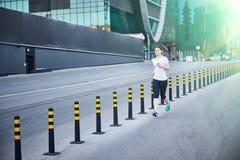 Moskau, Russland - 11. Juni 2019 läuft das Mädchen hinunter die Straße stockbild