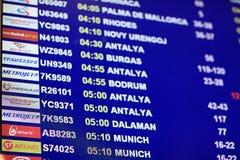 Moskau, RUSSLAND - 13. Juni: legt Abreiseflugzeuge der Flüge am Flughafen Sheremetyevo-2 am 13. Juni 2014 fest Stockbild