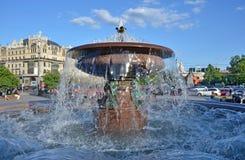 Moskau, Russland, Juni, 04, 2012 Leute, die nahe dem Brunnen vor Bolshoi-Theater in Moskau gehen Lizenzfreie Stockfotos