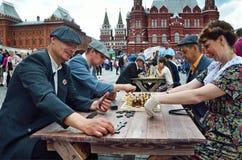 Moskau, Russland, Juni, 12, 2017, Leute, die spielen Gesellschaftsspiele an Manezhnaya-Quadrat während der Festival ` Zeiten und  stockfoto