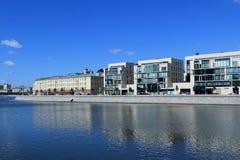 Moskau, Russland - 7. Juni 2018 Prechistenskaya-Damm von Moskau-Fluss im Juni lizenzfreie stockfotos