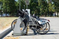 Moskau, Russland - 24. Juni 2019: Reihe von den Mietstadtfahrrädern versehen von VTB-Bank mit Logo Moskau-Straße und -transport lizenzfreie stockfotos