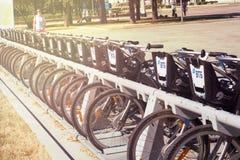 Moskau, Russland - 24. Juni 2019: Reihe von den Mietstadtfahrrädern versehen von VTB-Bank mit Logo Moskau-Straße und -transport lizenzfreies stockbild