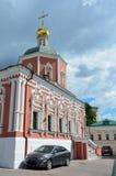 Moskau, Russland, Juni, 12, 2017, schwarzes Auto nahe der Kirche der heiligen Apostel Peter und Paul durch das Yauza-Tor unter be Stockbild