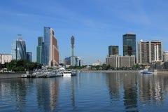Moskau, Russland - 16. Juni 2018: Moskau-Sommerstadtbild mit Fluss und hohen Gebäuden stockfotografie