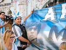 Moskau, Russland, am 16. Juni 2018 Weltcup 2018, Fußballfane auf den Straßen von Moskau Fußballfans von gehendem downthe Argentin lizenzfreies stockfoto