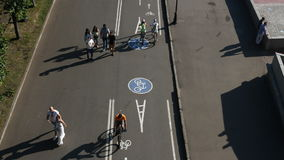 Moskau; Russland, Juni-Zwanzig sechs zwei tausend sechzehn Jahr; Fußgänger, Radfahrer, Schlittschuhläufer auf Fahrradweg in Moska stock video