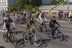 moskau Russland 19 k?nnen 2019 Radfahrenfestival 2019 Moskaus Viele Radfahrer reiten entlang die breite Stra?e lizenzfreies stockfoto