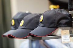 MOSKAU, RUSSLAND - 20. MÄRZ 2018: Überwachen Sie Kappe mit einer Kokarde im Regal eines fachkundigen Lagerspeichers für Polizei u Lizenzfreie Stockfotografie