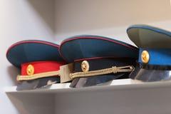 MOSKAU, RUSSLAND - 20. MÄRZ 2018: Bedecken Sie im Regal von einem fachkundigen Lagerspeicher der Polizei und der Militäruniformen Lizenzfreies Stockbild