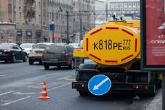 MOSKAU, RUSSLAND - 12. MÄRZ 2018: Das Mosvodokanal-Service-Auto ist auf Aussicht Mira in Moskau Stockbilder