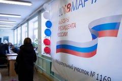 MOSKAU, RUSSLAND - 18. MÄRZ 2018: Der Besucher kam zur Wahl Lizenzfreie Stockbilder