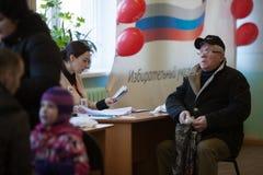 MOSKAU, RUSSLAND - 18. MÄRZ 2018: Der Wähler erwartet eine Kugel Stockbild