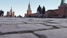 MOSKAU, RUSSLAND - MÄRZ, 12, 2017 Die Pflasterung des Roten Platzes und die gehenden Touristen Lizenzfreies Stockfoto
