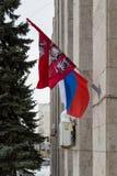 MOSKAU, RUSSLAND - 22. MÄRZ 2018: Die Staatsflagge der Russischen Föderation und die Flagge der Stadt von Moskau Stockfotos