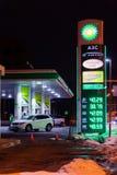MOSKAU, RUSSLAND - 20. MÄRZ 2018: Die Tankstelle BPs Connect auf der Autobahn im beschäftigten Moskau-Bezirk nachts lizenzfreie stockfotos