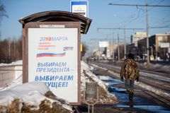 MOSKAU, RUSSLAND - 18. MÄRZ 2018: Ein Plakat an einem Tramhalt Nennen Stockbilder