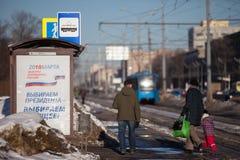 MOSKAU, RUSSLAND - 18. MÄRZ 2018: Ein Plakat an einem Tramhalt Nennen Stockfotos