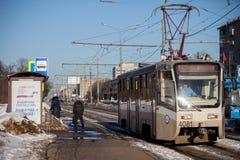 MOSKAU, RUSSLAND - 18. MÄRZ 2018: Ein Plakat an einem Tramhalt Nennen Stockbild