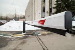 MOSKAU, RUSSLAND - 22. MÄRZ 2018: Eine geschlossene Sperre am Eingang zum Parkplatz an der Zustandsinstitution Stockbilder