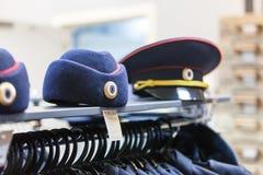 MOSKAU, RUSSLAND - 20. MÄRZ 2018: Eine Polizei bedeckt im Regal von einem fachkundigen Lagerspeicher mit einer Kappe Stockbilder