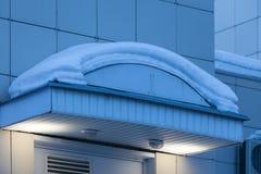 MOSKAU, RUSSLAND - 20. MÄRZ 2018: Eine Schneekappe auf einer Spitze über dem Eingang zu einer Regierungsstelle Lizenzfreies Stockfoto