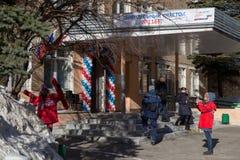 MOSKAU, RUSSLAND - 18. MÄRZ 2018: Eingang zum Wahllokal Lizenzfreies Stockbild