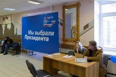MOSKAU, RUSSLAND - 18. MÄRZ 2018: Eingang zum Wahllokal Lizenzfreie Stockfotografie
