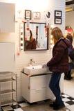 Moskau, Russland - 25. März 2018: Frau wählen moderne Möbel F stockbild
