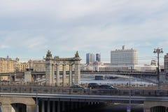 Moskau, Russland - 25. März 2018: Gebäude des Russische Föderations-Regierungs-Hauses gegen den Hintergrund von Brücken über dem  Lizenzfreies Stockfoto