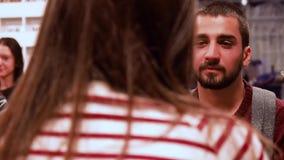 moskau RUSSLAND - März 2017 Hübscher Kerl mit Bart betrachtet Mädchen, das Verteidiger sitzt, er anhebt Augen und lächelt circa stock footage