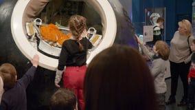 Moskau, Russland - 21. März 2019: Kapsel des sowjetischen Raumfahrzeugs im Astronautikmuseum Kinder, die kosmische Kapsel aufpass stock footage