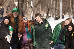 MOSKAU, RUSSLAND - 24. MÄRZ 2018: Leute feiern den TAG des HEILIGEN PATRICK Lizenzfreie Stockbilder