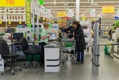 MOSKAU, RUSSLAND - 14. MÄRZ: Leute zahlen für Waren an der Prüfung in Leroy Merlin Lizenzfreie Stockbilder