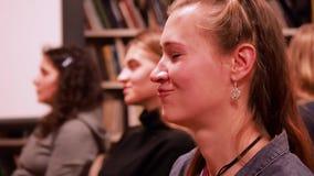 moskau RUSSLAND - März 2017 Mädchen schaut nach vorn, Winks, Summen und Lächeln circa im März 2017 in DOSTOEVSKI-BIBLIOTHEK HD stock video