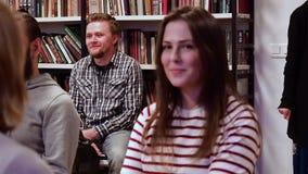 moskau RUSSLAND - März 2017 Mann betrachtet Partner während des Trainings, Mädchenblicke auf Partner dann lacht circa am 17. März stock footage