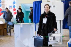 MOSKAU, RUSSLAND - 18. MÄRZ 2018: Mitglied des Wahl commissi Lizenzfreies Stockbild