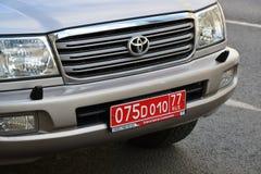 Moskau, Russland - 14. März 2016 Rote diplomatische Zahl auf Autos Toyota Stockfotos
