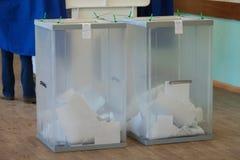 MOSKAU, RUSSLAND - 18. MÄRZ 2018: Siegelwahlurnen mit Stimmzettel Lizenzfreie Stockfotografie