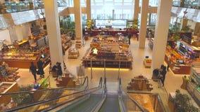 MOSKAU, RUSSLAND - MÄRZ, 21, 2017 Supermarkt und Stange in einem modernen Einkaufszentrum Tsvetnoy Stockfotos