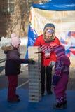 MOSKAU, RUSSLAND - 18. MÄRZ 2018: Trickzeichner mit Kindern am p Lizenzfreie Stockfotos