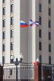 Moskau, Russland - 25. März 2018: Wellenartig bewegende Flaggen auf Fahnenmasten im Gebiet des Verteidigungsministeriums der Russ Stockfoto